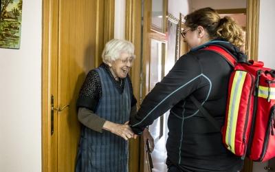 Una infermera del SAD atenent una usuària | Ariadna Creus i Àngel García