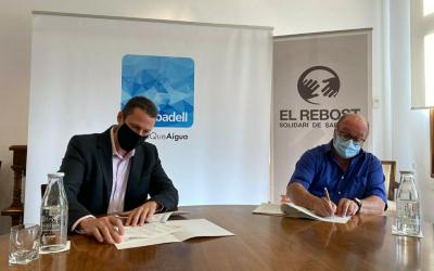 L'acord ha estat rubricat pel president del Rebost Solidari, Santiago Fuentemilla, i el director general d'Aigües Sabadell, Xavier Cabanillas | Cedida