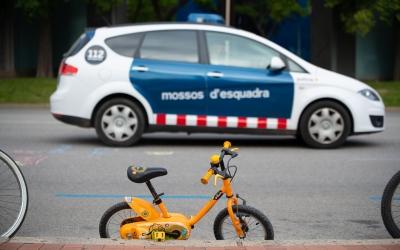 Un vehicle de Mossos estacionat al carrer | Roger Benet