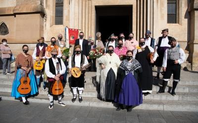 El grup Hidalguía Aragonesa a les portes de l'Església de Sant Fèlix