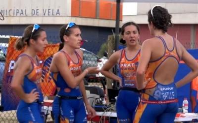 Clàudia Pérez conversant amb les seves companyes d'equip del Prat Triatló | Delta Llobregat