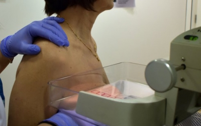 Una dona fent-se una mamografia/ ACN