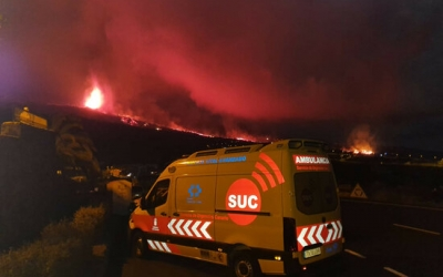 Una ambulància amb el volcà en erupció a la Palma el 20 de setembre del 2021