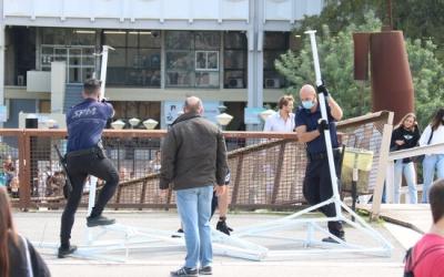 Pla general de personal de seguretat de la UAB desmuntant les restes de la carpa de S'ha acabat a la plaça Cívica de la UAB, el 6 d'octubre de 2021 | Albert Segura (ACN)
