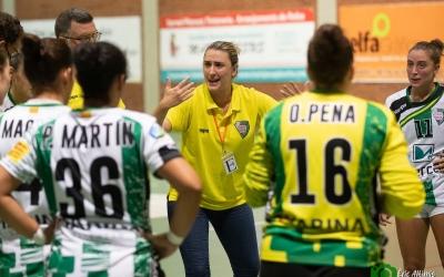 Carol Carmona donant instruccions a les seves jugadores durant una pausa del partit | OAR Gràcia Sabadell
