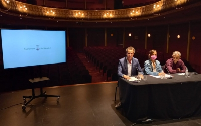 Marta Farrés, el portaveu de Junts, Lluís Matas, i l'artista Ramiro Fernández/ Karen Madrid