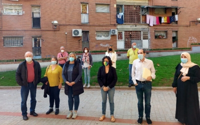 Integrants del projecte A-Porta, en una plaça de Can Puiggener/ Karen Madrid