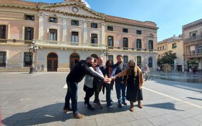 Representants dels Comuns i de Podem,  davant l'Ajuntament/ Karen Madrid